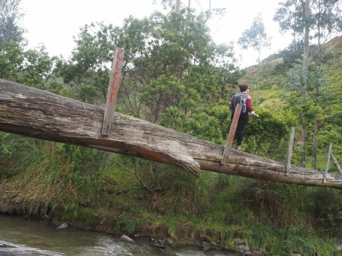 Cruzando un puente Quilotoa Loop