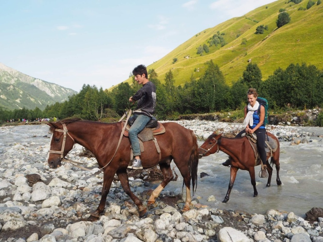 Caballos río Adishi trekking Mestia a Ushguli
