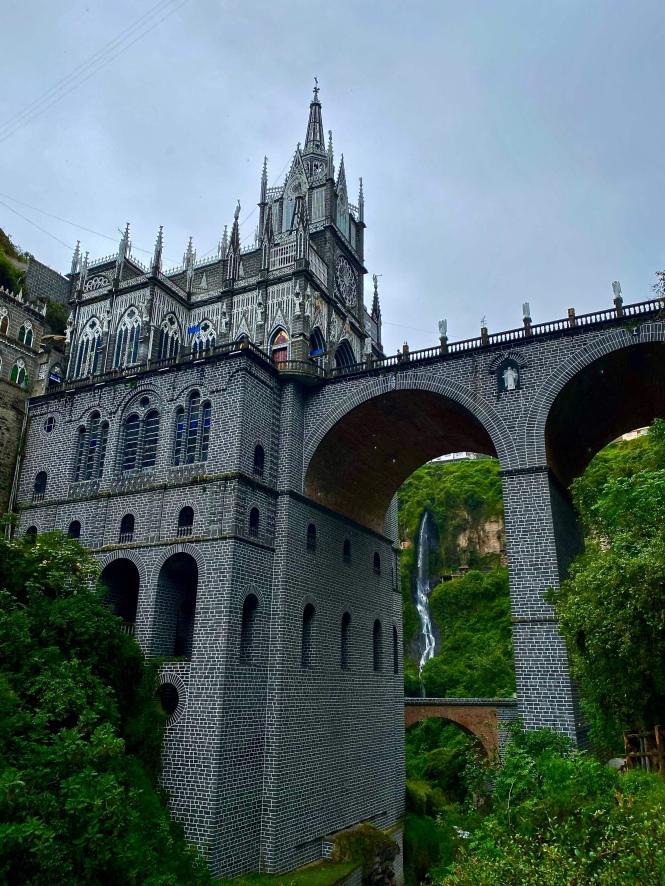 Vista de la Basílica de Nuestra Señora del Rosario de Las Lajas desde el río cruce Ecuador Colombia