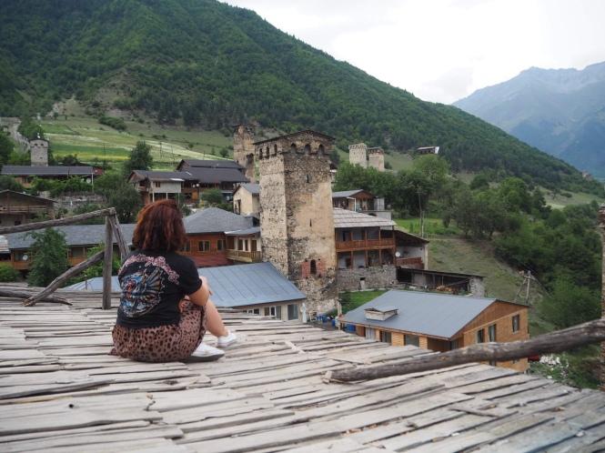 Trekking Mestia a Ushguli vistas de Mestia desde una de las características torres de Svaneti